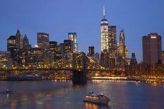 Brooklyn bro New York i aftonen och den Manhattan horisonten Arkivbilder