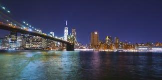Brooklyn bro New York på natten och Manhattan horisont Fotografering för Bildbyråer