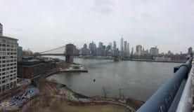 Brooklyn bro och i stadens centrum Manhattan royaltyfri foto