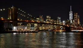 Brooklyn bro och i stadens centrum Manhattan på natten Royaltyfri Foto
