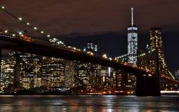 Brooklyn bro och i stadens centrum Manhattan på natten Royaltyfri Bild