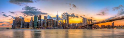 Brooklyn bro och i stadens centrum New York City i härlig solnedgång Royaltyfria Bilder