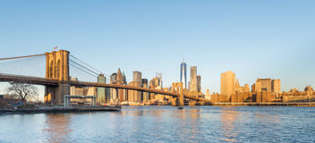 Brooklyn bro och Lower Manhattan med Freedom Tower i morgonljus Royaltyfri Foto