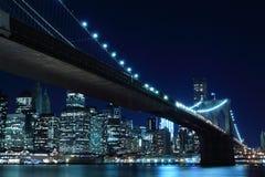 Brooklyn bro och Manhattan horisont på natten fotografering för bildbyråer