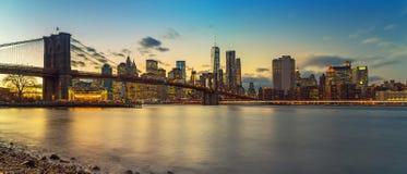 Brooklyn bro och Manhattan på skymningen Royaltyfria Bilder