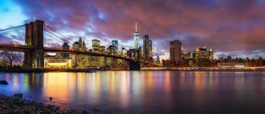 Brooklyn bro och Manhattan på skymningen arkivfoto