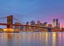 Brooklyn bro och Manhattan på skymningen Royaltyfri Fotografi