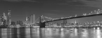 Brooklyn bro och Manhattan på natten, New York City, USA Arkivbild