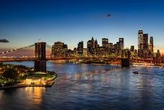 Brooklyn bro och upplysta Manhattan skyskrapor på skymning New York Arkivbilder