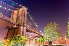 Brooklyn bro på natten med Manhattan bakgrund, New York Cit Royaltyfria Foton