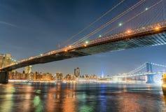 Brooklyn bro på natten med Manhattan bakgrund, New York Cit Arkivbild