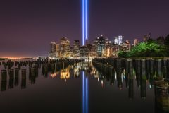 Brooklyn bro Pier Tribute In Light Reflections Royaltyfri Bild