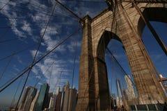 Brooklyn bro som förbiser Manhattan horisont arkivbild