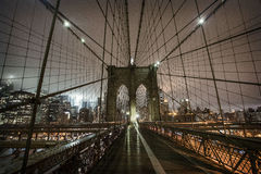 Brooklyn bro under en dimmig natt i New York royaltyfria bilder