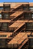 Brooklyn-klassische roter Ziegelstein-Gebäude-Feuer-Entweichen-Treppen Lizenzfreie Stockfotografie