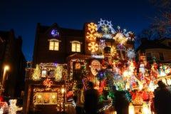 BROOKLYN, NEW YORK - 20 de dezembro de 2017 - luzes de Natal das alturas de Dyker é decorada para o feriado      para Imagens de Stock