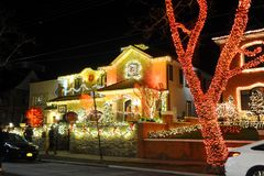 BROOKLYN, NEW YORK - 20 de dezembro de 2017 - luzes de Natal das alturas de Dyker é decorada para o feriado      para Foto de Stock Royalty Free