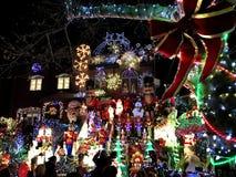 BROOKLYN, NEW YORK - 20 de dezembro de 2017 - luzes de Natal das alturas de Dyker é decorada para o feriado      para Imagem de Stock