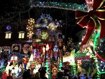 BROOKLYN, NEW YORK - 20 de dezembro de 2017 - luzes de Natal das alturas de Dyker é decorada para o feriado      para Foto de Stock