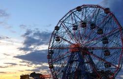 BROOKLYN, NEW YORK - 31 DE MAIO: Roda da maravilha no parque de diversões de Coney Island Fotografia de Stock Royalty Free