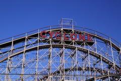 Montanha russa do ciclone do marco histórico na seção de Coney Island de Brooklyn. Imagem de Stock
