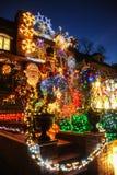 BROOKLYN NEW YORK - DECEMBER 20, 2017 - ljus för Dyker höjdjul dekoreras för ferien      för Arkivfoton