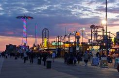 BROOKLYN NEW YORK - den MAJ 31 Coney Island strandpromenaden med hoppa fallskärm hopp i bakgrunden Arkivfoto