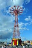 BROOKLYN NEW YORK - den MAJ 31 Coney Island strandpromenaden med hoppa fallskärm hopp i bakgrunden Royaltyfri Bild