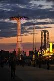BROOKLYN NEW YORK - den MAJ 31 Coney Island strandpromenaden med hoppa fallskärm hopp i bakgrunden Arkivfoton
