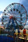 BROOKLYN, NEW YORK - 31 MAGGIO: Ruota di meraviglia al parco di divertimenti di Coney Island Fotografie Stock Libere da Diritti