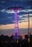BROOKLYN, NEW YORK - 31. Mai Coney Island-Promenade mit Fallschirmabsprung im Hintergrund Lizenzfreie Stockfotografie