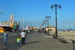 BROOKLYN, NEW YORK - 31. MAI: Coney Island-Promenade wieder hergestellt nach Schaden durch Hurrikan Sandy Stockbilder