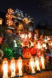 BROOKLYN, NUEVA YORK - 20 de diciembre de 2017 - las luces de la Navidad de las alturas de Dyker se adorna para el día de fiesta  Imagen de archivo
