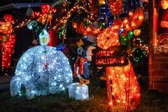 BROOKLYN, NUEVA YORK - 20 de diciembre de 2017 - las luces de la Navidad de las alturas de Dyker se adorna para el día de fiesta  Fotografía de archivo