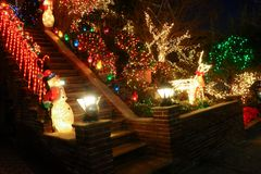 BROOKLYN, NUEVA YORK - 20 de diciembre de 2017 - las luces de la Navidad de las alturas de Dyker se adorna para el día de fiesta  Fotografía de archivo libre de regalías