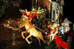 BROOKLYN, NUEVA YORK - 20 de diciembre de 2017 - las luces de la Navidad de las alturas de Dyker se adorna para el día de fiesta  Imagen de archivo libre de regalías