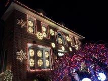 BROOKLYN, NUEVA YORK - 20 de diciembre de 2017 - las luces de la Navidad de las alturas de Dyker se adorna para el día de fiesta  Foto de archivo libre de regalías