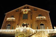 BROOKLYN, NUEVA YORK - 20 de diciembre de 2017 - las luces de la Navidad de las alturas de Dyker se adorna para el día de fiesta  Fotos de archivo