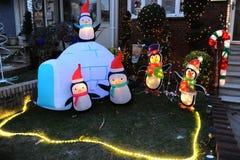 BROOKLYN, NUEVA YORK - 20 de diciembre de 2017 - las luces de la Navidad de las alturas de Dyker se adorna para el día de fiesta  Imagenes de archivo