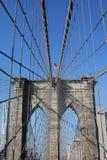 Bandera americana encima del puente de Brooklyn famoso Imagen de archivo libre de regalías