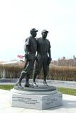 Jackie Robinson och kissar den WeeReese statyn i Brooklyn framme av MCU-basebollarenan Arkivbild