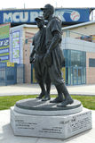 Jackie Robinson och kissar den WeeReese statyn i Brooklyn framme av MCU-basebollarenan Arkivbilder