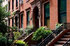 Brooklyn, NY: Areniscas de color oscuro de la colina del adoquín Fotos de archivo libres de regalías