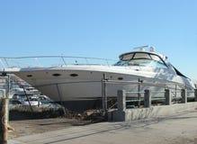 Grande barco lavado quase ao passeio nas consequências do furacão Sandy Foto de Stock