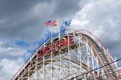 Brooklyn, NY/Estados Unidos - 15 de junho de 2018: Um close-up da paisagem o do ciclone de Coney Island, montanha russa de madeir imagens de stock royalty free