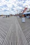 Brooklyn, NY/Estados Unidos - 15 de junho de 2018: Uma vista vertical do passeio à beira mar em Coney Island com turistas e parqu imagem de stock