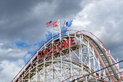 Brooklyn, NY/Estados Unidos - 15 de junio de 2018: Un primer del paisaje el ciclón de Coney Island, montaña rusa de madera famosa imágenes de archivo libres de regalías