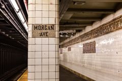 Brooklyn NY/EUA - 20 de agosto de 2018: Morgan Ave Subway Platform fotografia de stock