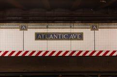Brooklyn NY/EUA - 25 de agosto de 2018: Sinal atlântico do metro da avenida fotografia de stock royalty free