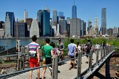 Brooklyn NY: Folket som går till den Brooklyn bron, parkerar Arkivbild